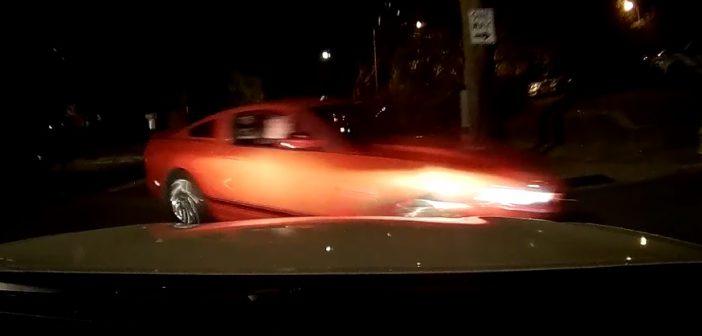 Brawurowa zmiana kierunku jazdy zakończona zderzeniem… (Video)