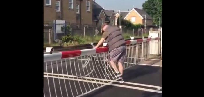 Zamknięty przejazd kolejowy i… skrajna głupota rowerzysty (Video)
