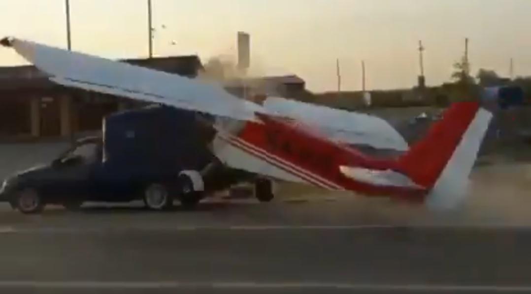 Zderzenie samochodu z samolotem