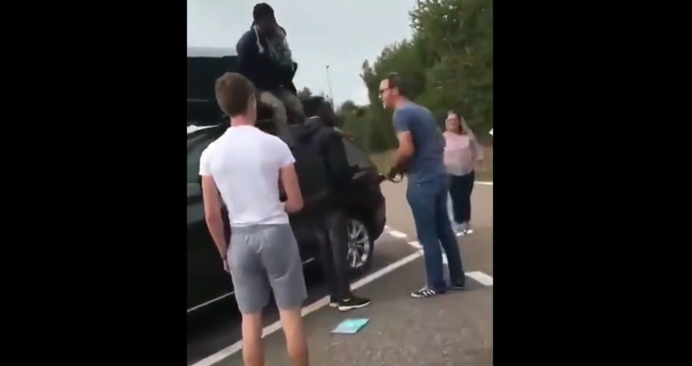 Usłyszeli hałas dobiegający z bagażnika: znaleźli w nim dwóch uchodźców (wideo)