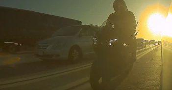 Agresywny motocyklista zaatakował kierowcę Tesli: urwał lusterko (wideo)