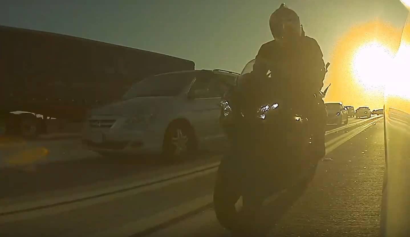 Motocyklista urwał lusterko w Tesli Model 3
