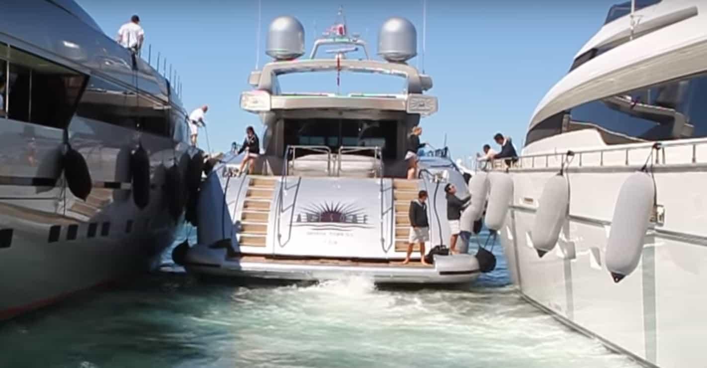 Cumowanie jachtem w St. Tropez - konieczna współpraca trzech załóg