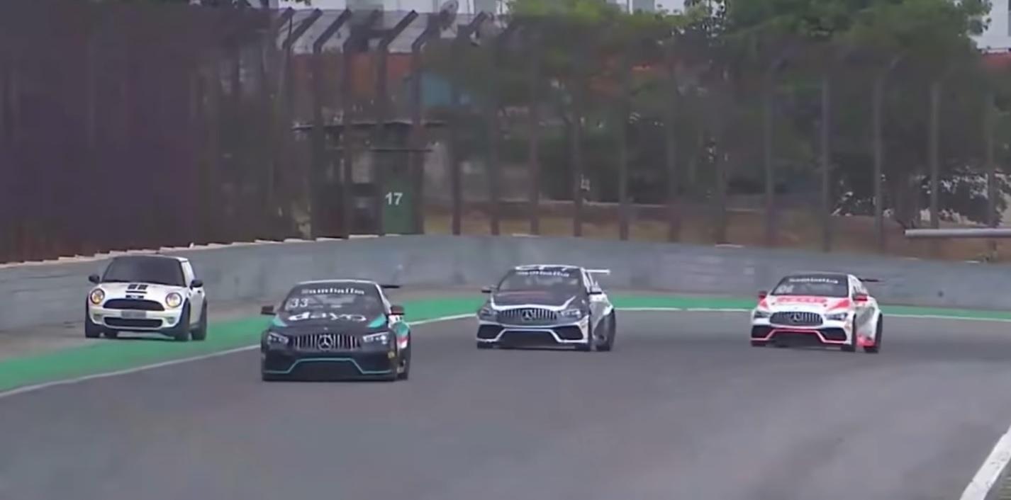 MINI na torze podczas wyścigu Mercedes Cup