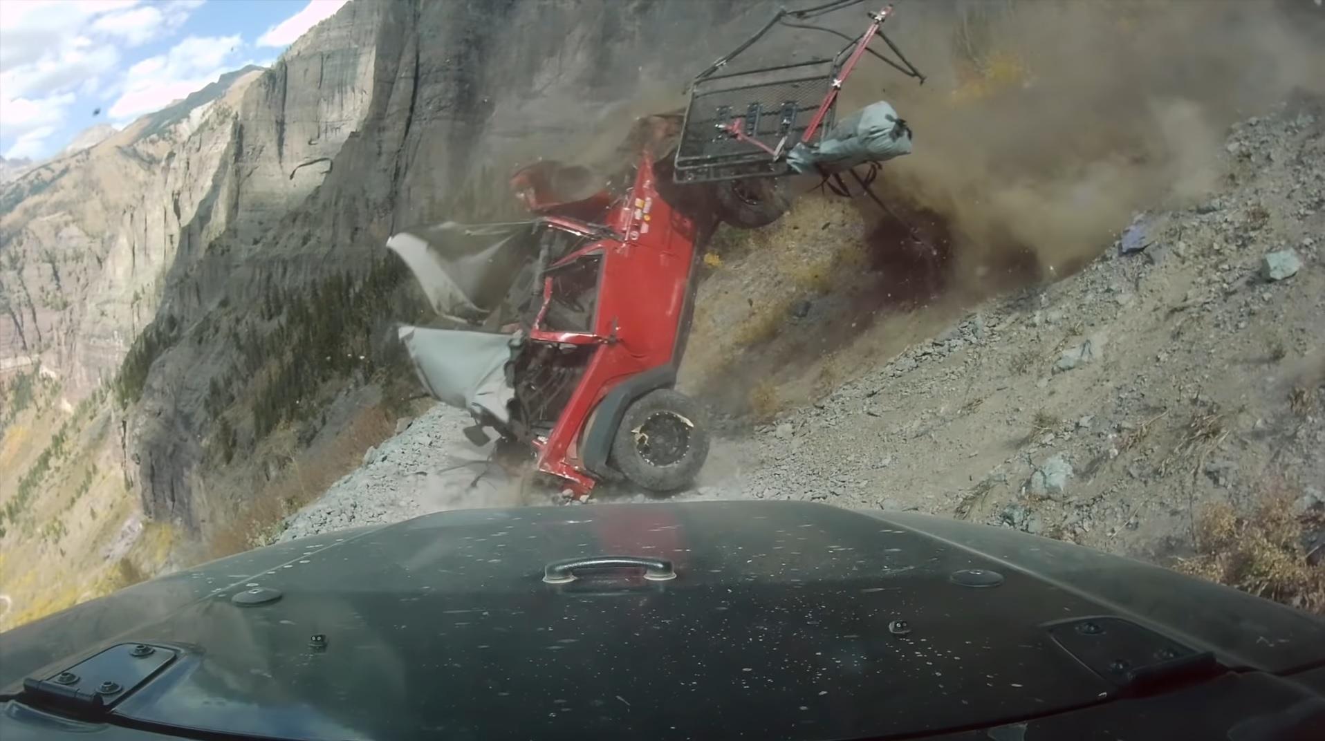 Auto spadające w przepaść