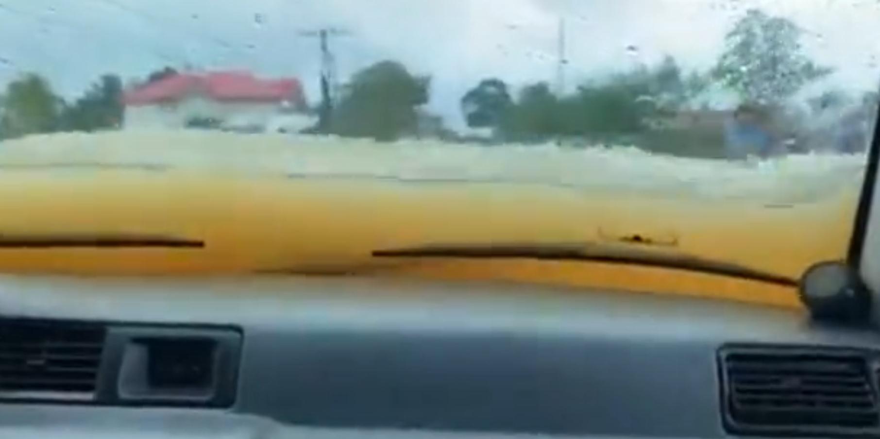 Przejazd autem podczas powodzi
