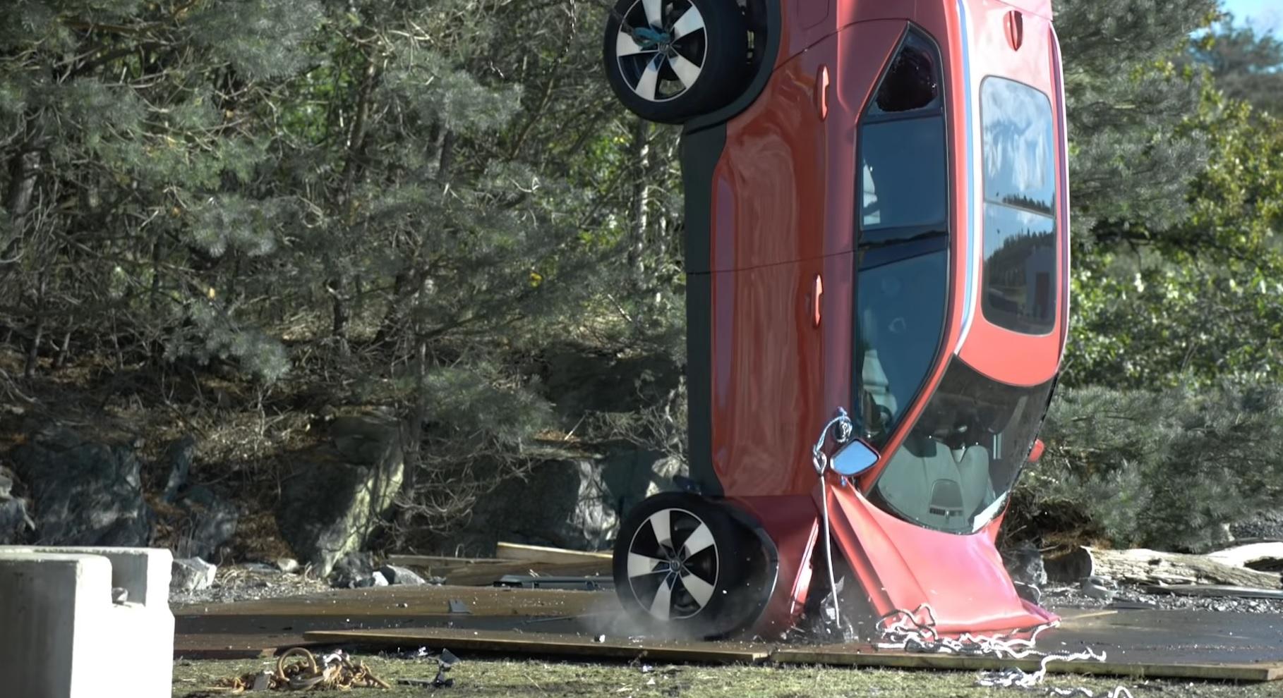 Volvo zrzucanie aut z wysokości