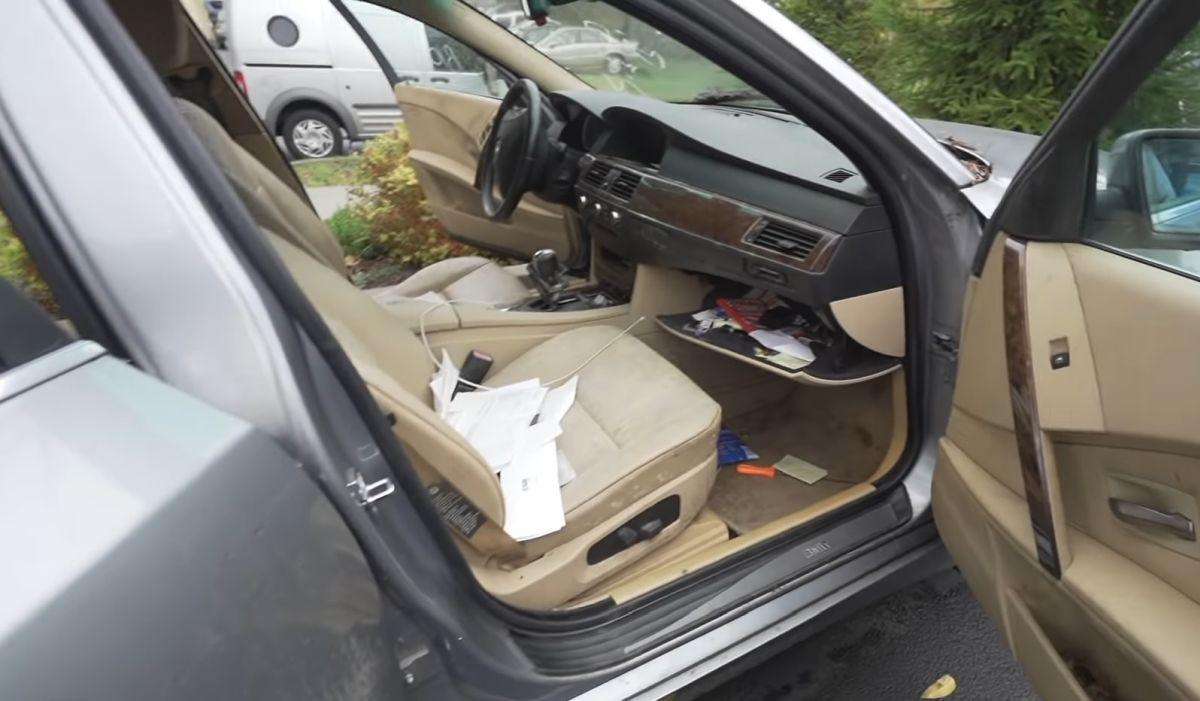 Zaniedbane wnętrze BMW