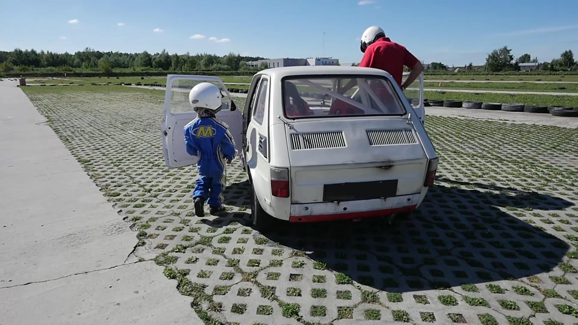 4-latek jeżdżący autem potorze