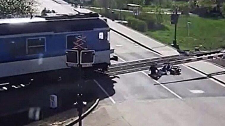 Uratowanie skuterzysty na przejeździe kolejowym