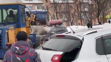 Gaszenie płonącego auta za pomocą koparko-ładowarki
