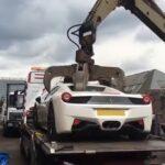 Zniszczenie Ferrari na złomowisku