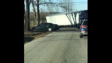 Dwaj kierowcy wjechali do tego samego rowu niemal w tym samym momencie