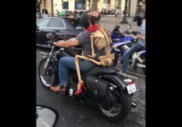 Szkielet jadący na motocyklu