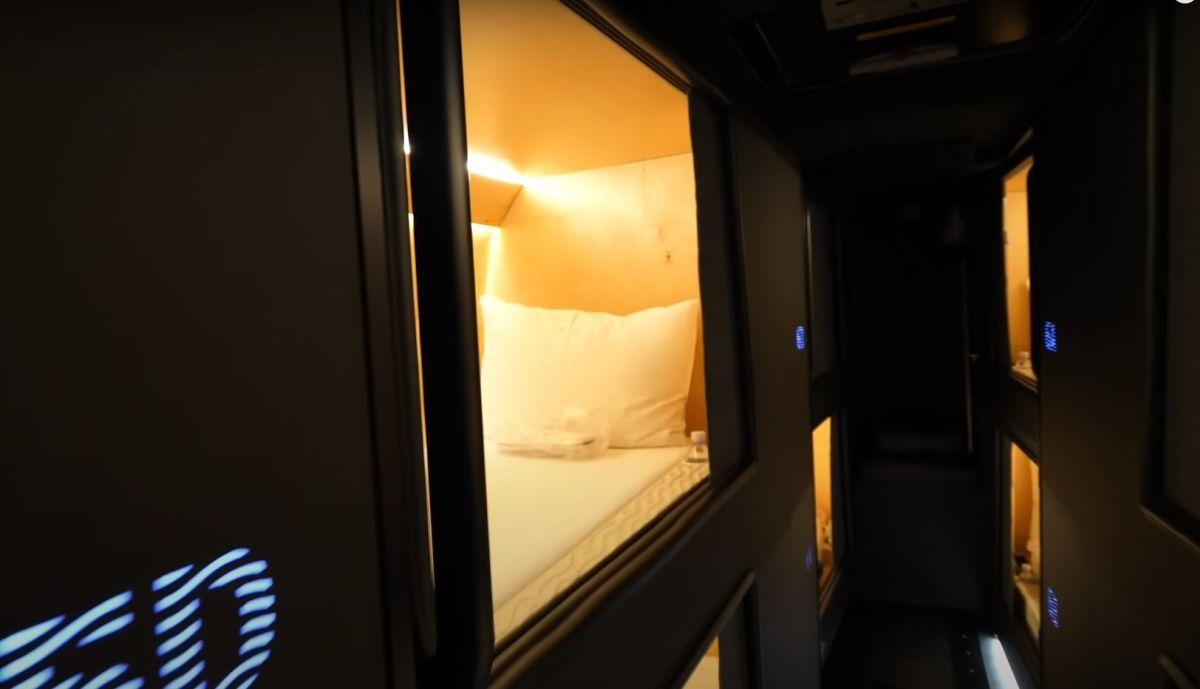Autokar z kapsułami do spania