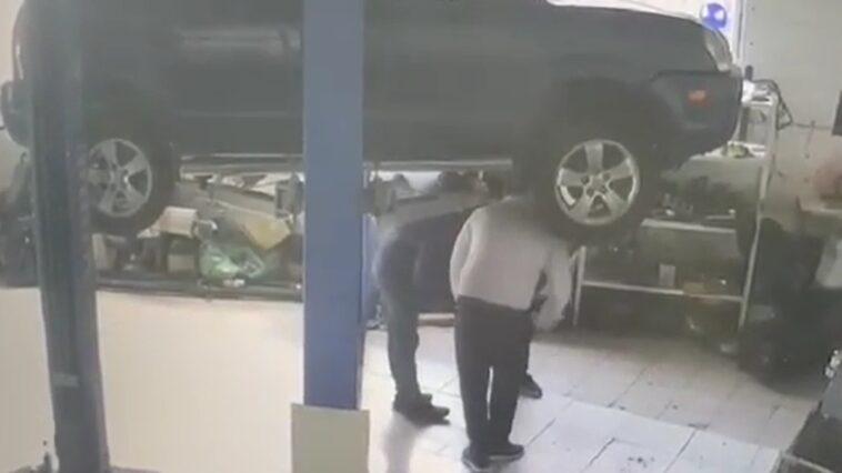 Auto spadło z podnośnika