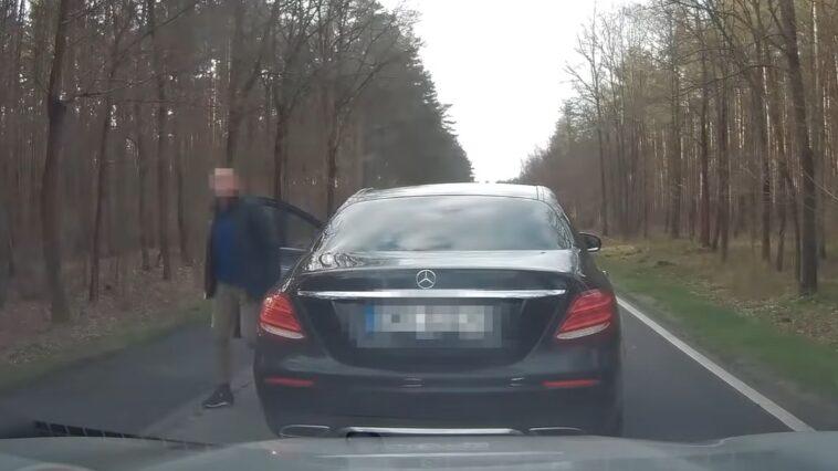 Agresor drogowy w Mercedesie