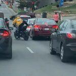 Agresywny motocyklista skopał samochód