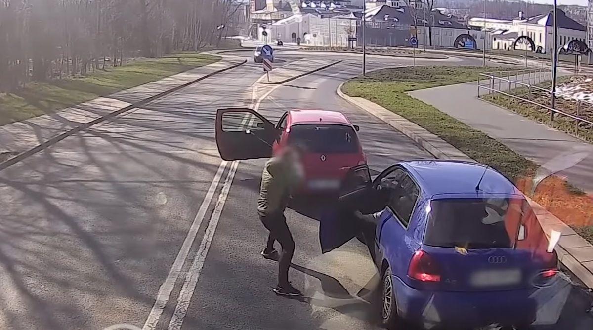 Agresor wybił metalową pałką szybę w aucie innego kierowcy