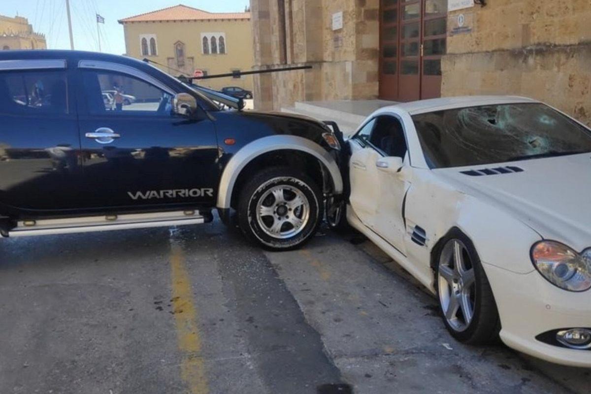 Agresywny policjant niszczy auto