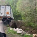 Kłopoty TiR-a na krętej drodze