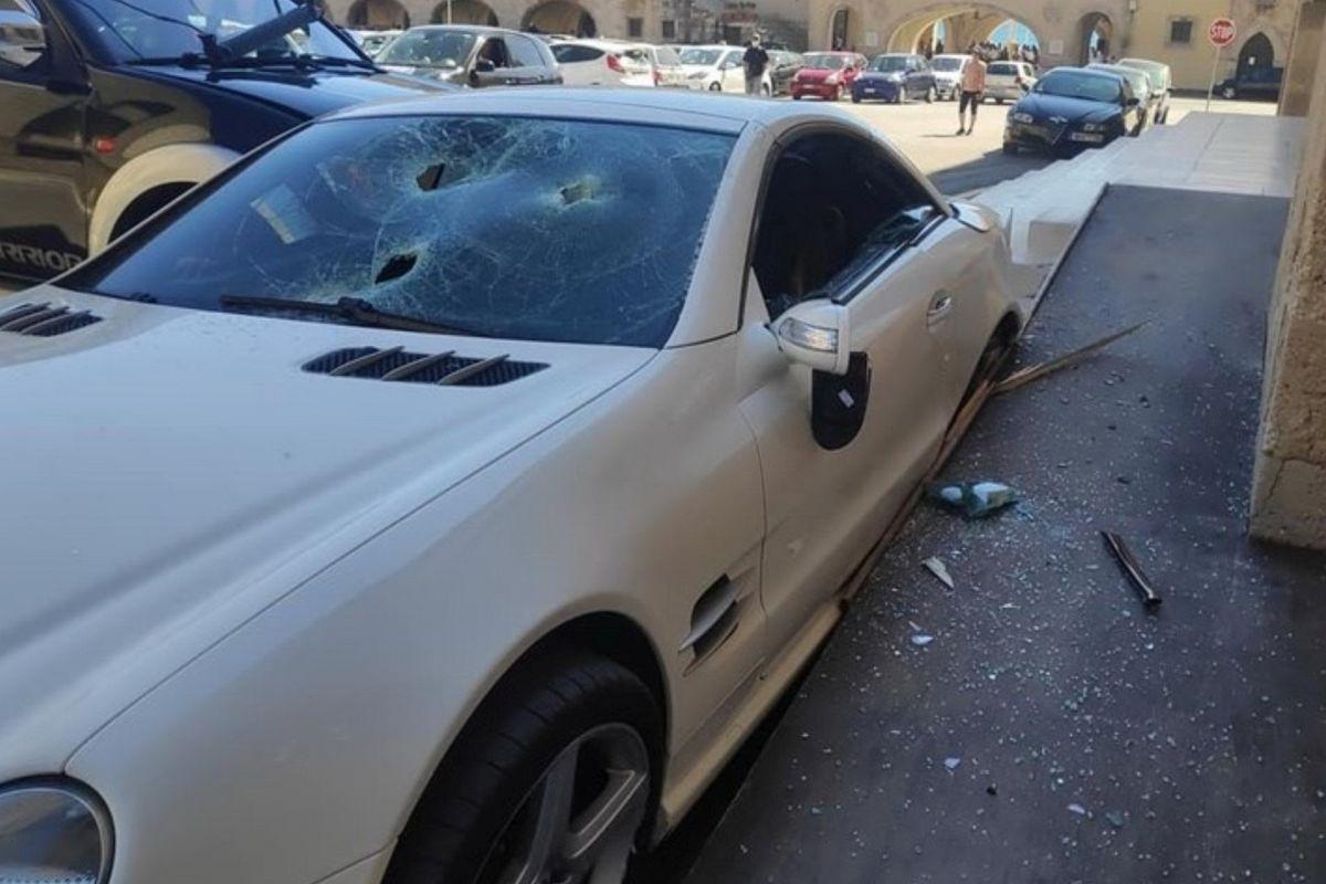 Agresywny policjant niszczy auto szefa