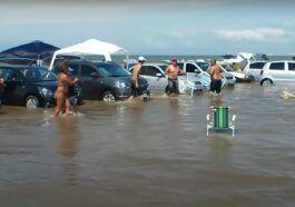 Przypływ zalał samochody na plaży