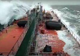 Rosyjski tankowiec podczas sztormu