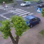 Kierowca Passata wyprzedza przez przejście dla pieszych