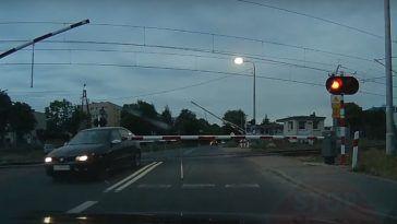 Niebezpieczny manewr na przejeździe kolejowym