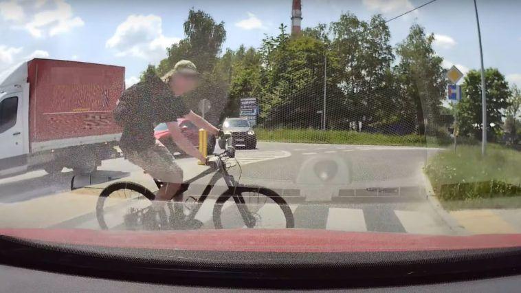 Rowerzysta na pełnym ogniu przez przejście