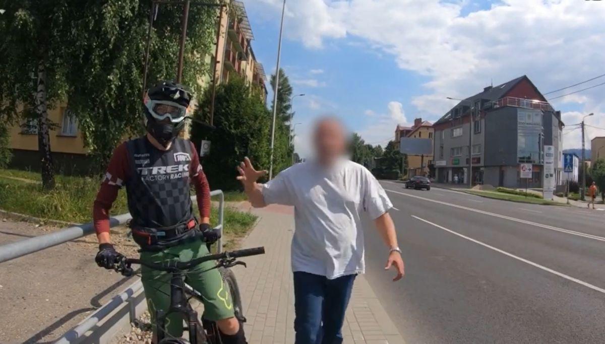 Walka pieszego z rowerzystami