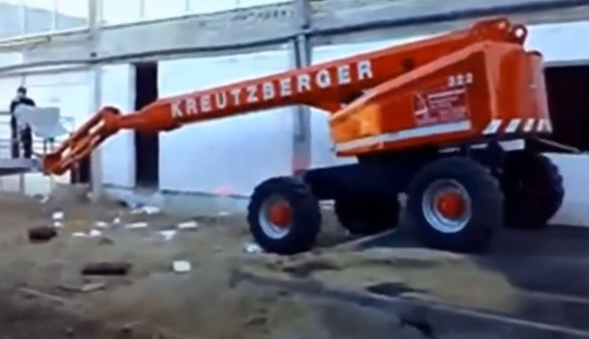 Wypadek na budowie. Mężczyzna wypadł z kosza podnośnika