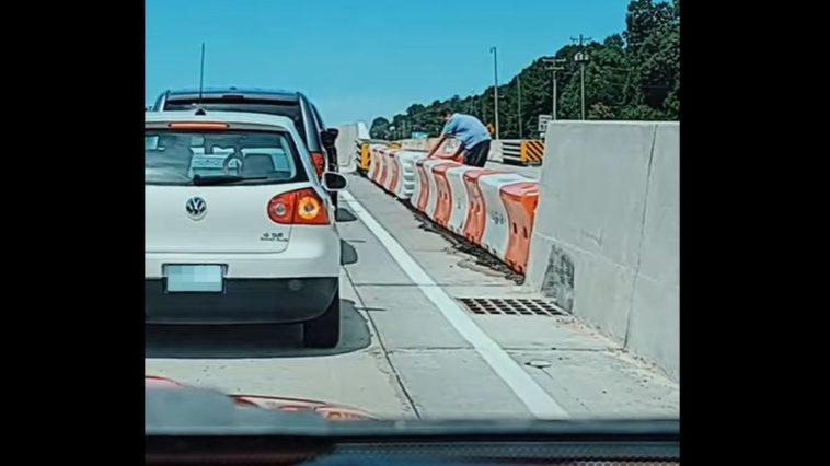 Wysiadł za auta żeby przestawić barierki