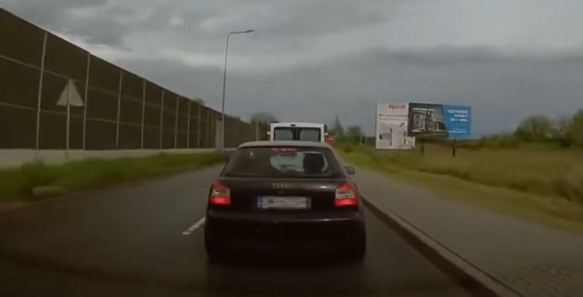 Cwaniak w Audi blokujący innego kierowcę