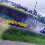 Czołowe zderzenie Skody z autobusem