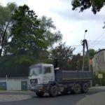 Kierowca ciężarówki przeciął rondo