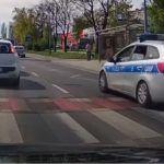 Nieuważny policjant przed przejściem dla pieszych