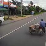 Nieostrożny użytkownik motocykla z przyczepką