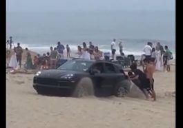 Kierowca zakopał się na plaży swoim Porsche