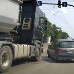 Ryzykowny manewr kierowcy Peugeota