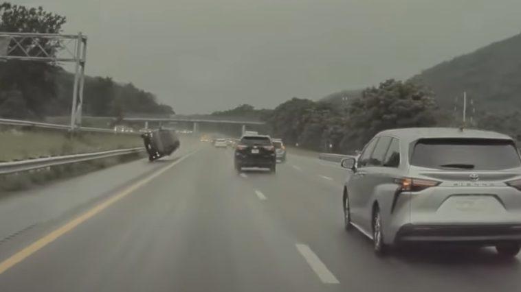 Pościg zakończony dachowaniem na autostradzie