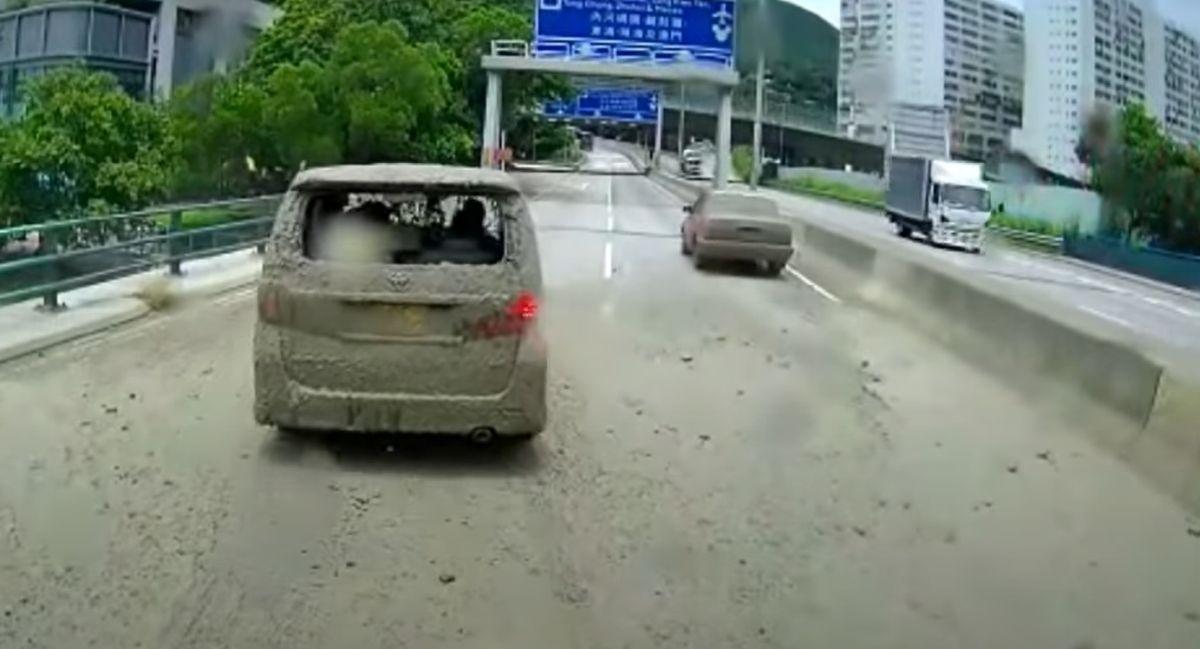 Obrzucenie błotem samochodów