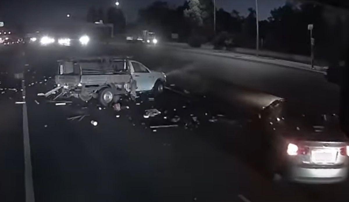 Wypadek i dachowanie na autostradzie