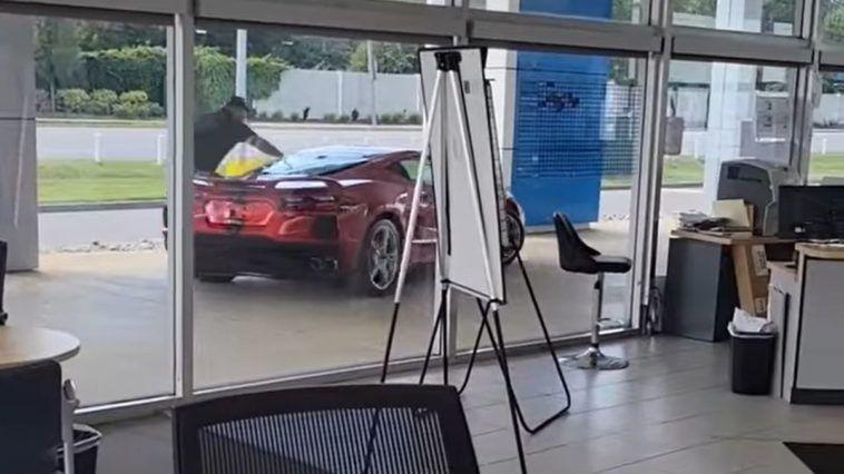 Ukradł auto prosto z salonu