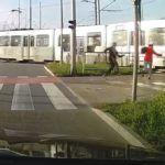 O krok od potrącenia dziecka tramwajem