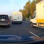 Ryzykowny manewr kierowcy auta dostawczego na S52