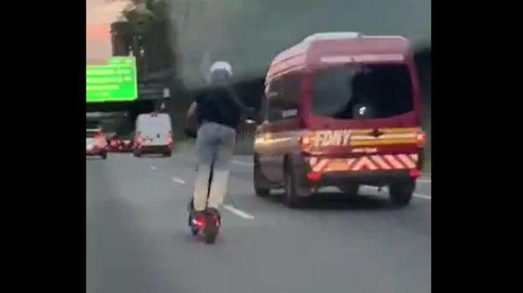 Jazda hulajnogą po autostradzie