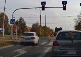 Kierowca Audi wpatrzony w telefon