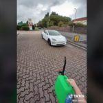 Kierowca Tesli trollował kierowców aut osobowych